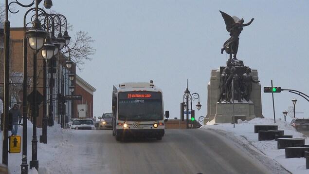 Un autobus de la Société de transport de Sherbrooke au centre-ville.