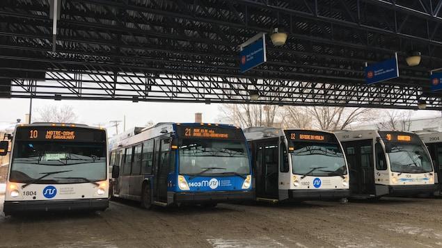 Des autobus au terminus de la STS