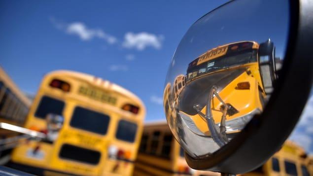 Un rétroviseur d'autobus.