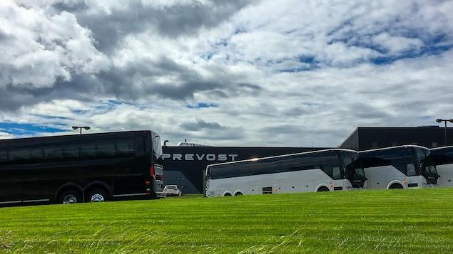 Des autocars de l'entreprise Prevost, à l'usine de l'entreprise située à Sainte-Claire