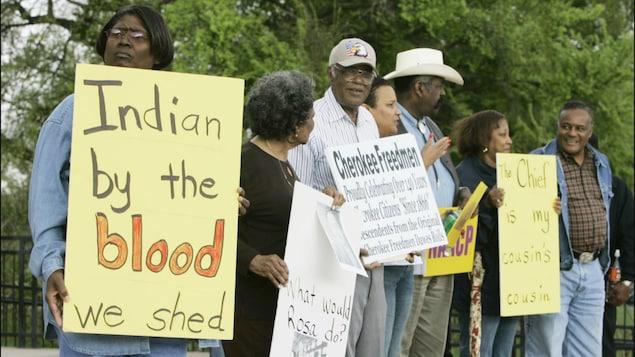 Des manifestants tenant des affiches.