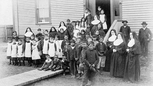 Des élèves d'un pensionnat autochtone à Inukjuak, au Québec, vers 1890