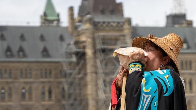 Una indígena celebra una ceremonia en la colina del Parlamento en Ottawa.