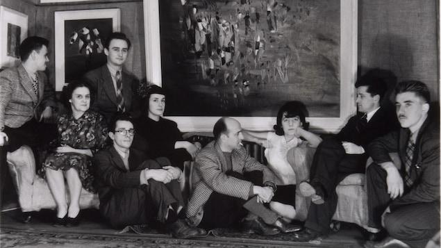 Plusieurs artistes signataires du Refus global sont assis dans le salon des Gauvreau en 1947.