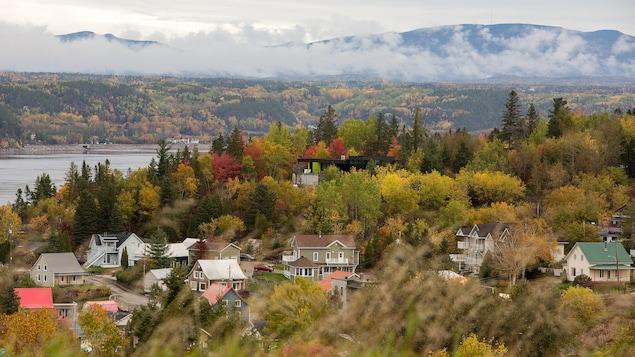 Une vue de Saguenay avec les couleurs d'automne.