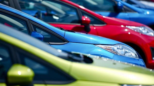 Des voitures de différentes couleurs alignées.