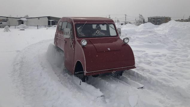 Un véhicule fermé en mouvement dans la neige.