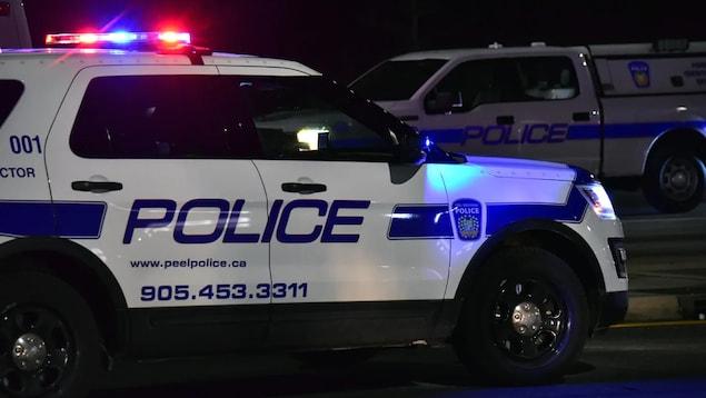 Une autopatrouille et une camionnette de la Police régionale de Peel.