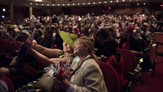 Linda Kelly et Karen Smith prennent un autoportrait avant la diffusion du mariage royal au théâtre Princess of Wales, à Toronto.
