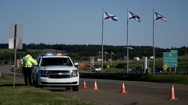 Une autoroute et une voiture de la police.