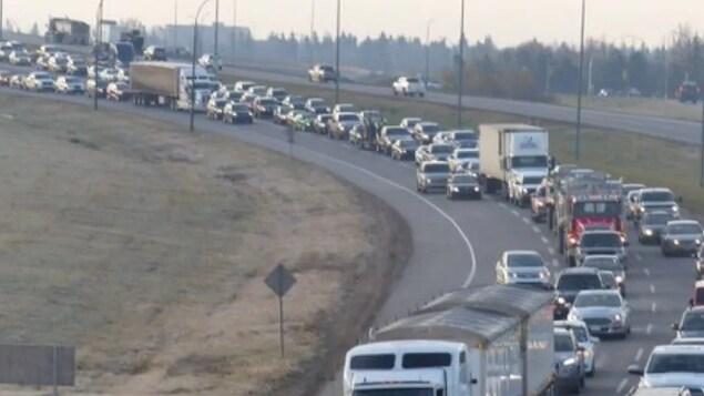 Des voitures sur une autoroute.