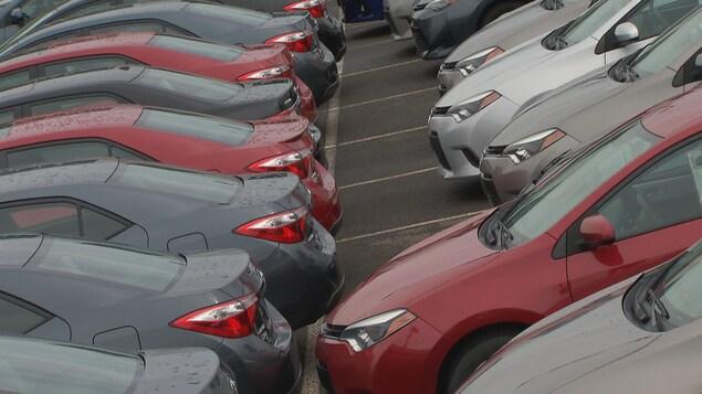 Un stationnement rempli de voitures.