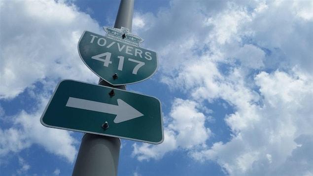 Un panneau signalant l'autoroute 417