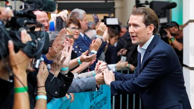 Sebastian Kurz, le chancelier autrichien, en train de serrer des main