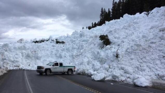 La neige bloque une autoroute dans les Rocheuses à la suite d'une avalanche.