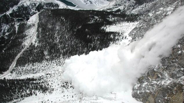 Une avalanche dans les Rocheuses albertaines