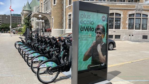 Les vélopartages entièrement électriques stationnés à la station Gare du Palais.
