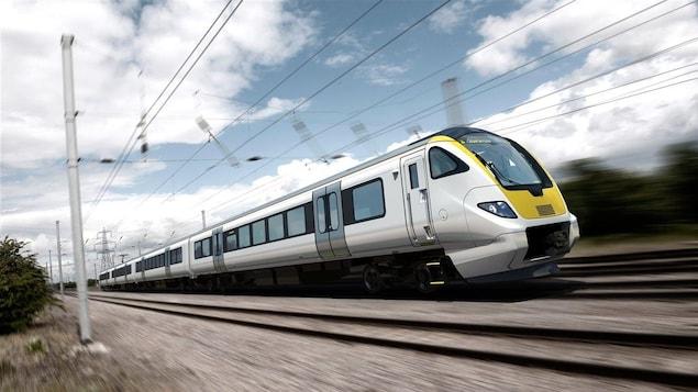 Un train file à vive allure.