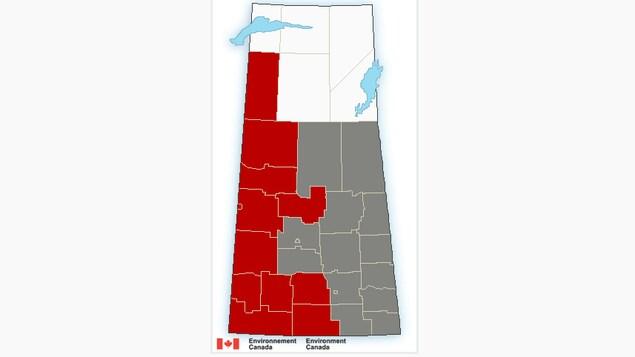 Une carte de la Saskatchewan avec les régions de l'Ouest couvertes de rouge et les régions de l'Est en gris