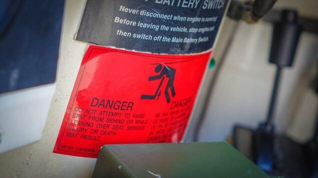 Un avertissement sur les risques d'étouffements avec les sièges d'un véhicule de l'armée.