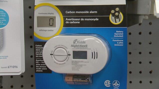 Un avertisseur de monoxyde de carbone sur le tablettes d'une quincaillerie de Québec.