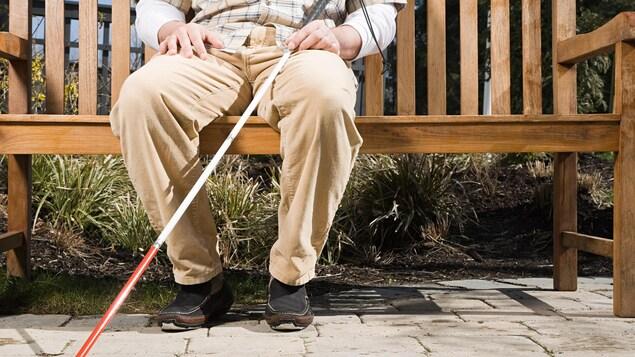 Une personne âgée avec un déficit visuel.