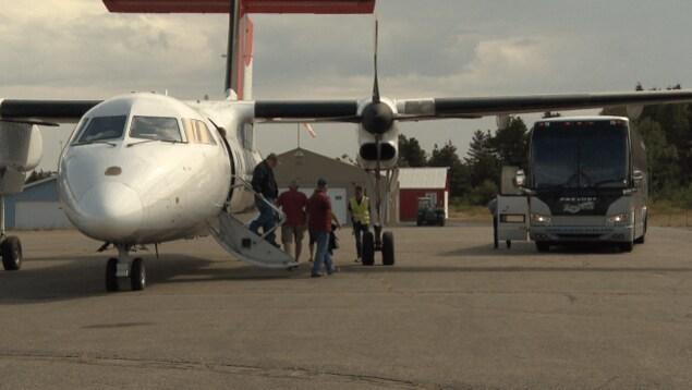Un avion nolisé transportant des travailleurs de la Garde côtière, à l'aéroport municipal de Matane cet été.