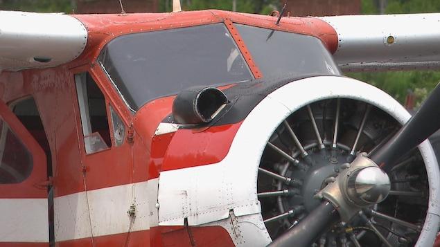 Le nez d'un appareil de type Beaver rouge et blanc.