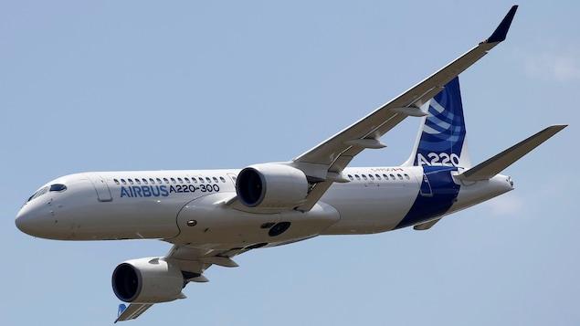 Un avion A220-300 dans le ciel.