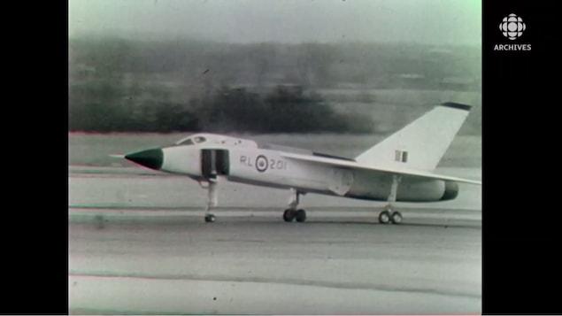 L'avion de combat CF-105 Avro Arrow sur une piste d'atterrissage.