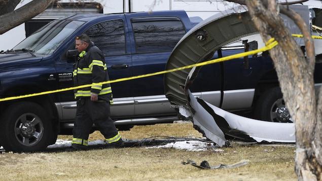 Des débris d'avion et un pompier.