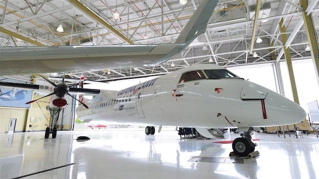 Un appareil Q400 de Bombardier à l'intérieur.