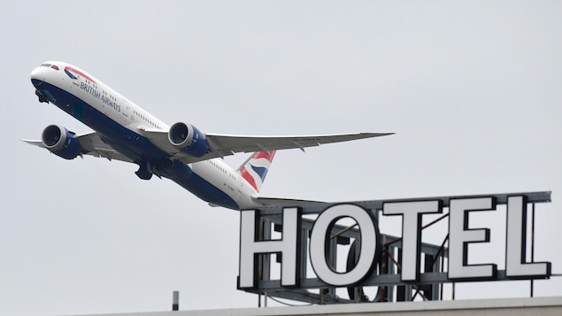 Le 26 janvier 2021, un Boeing 787 Dreamliner de British Airways survole un hôtel de l'aéroport d'Heathrow, dans l'ouest de Londres.