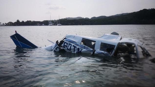 Les débris d'un petit avion à la surface de l'eau, au Honduras.