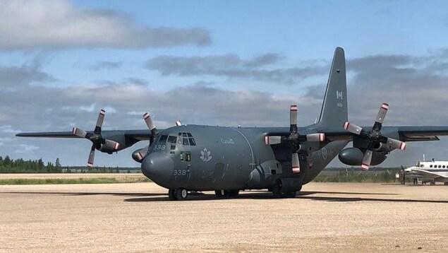 Un avion des forces armées canadiennes photographié à Gillam dans le nord du Manitoba.