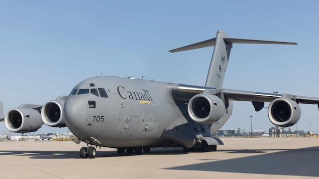 Un avion des Forces armées canadiennes sur le tarmac d'un aéroport.