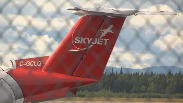 Un avion SkyJet sur la piste de décollage.