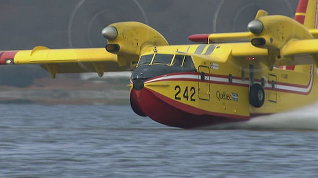 Un avion-citerne servant à éteindre des incendies de forêts