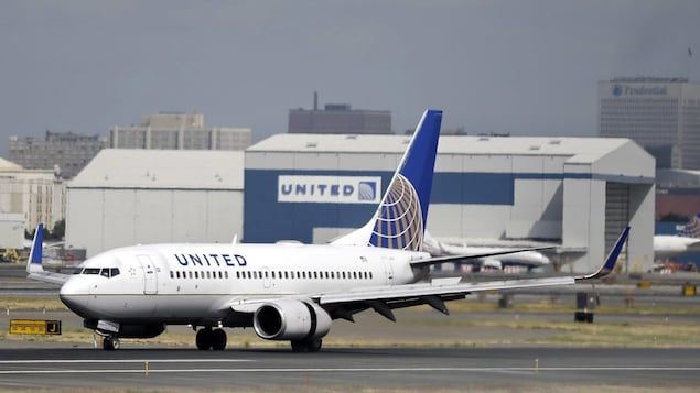 Un avion d'United Airlines dans un aéroport