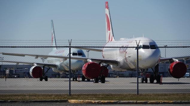 Des avions stationnés à l'aéroport Trudeau à Montréal.