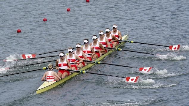 加拿大女子八人赛艇队夺得东京奥运金牌。