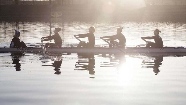 Cinq femmes dans un kayak.