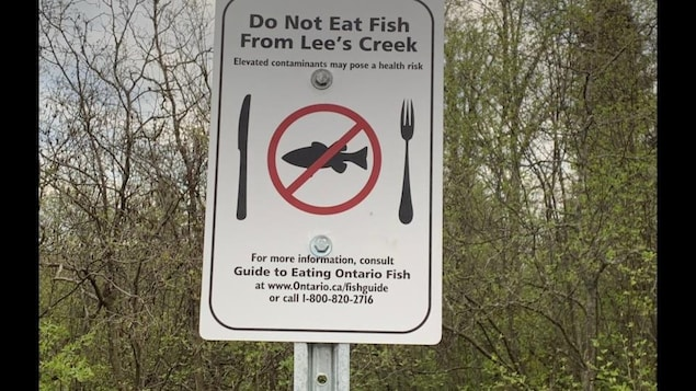 Un affiche avec un symbole d'interdiction autour d'une image de poisson.