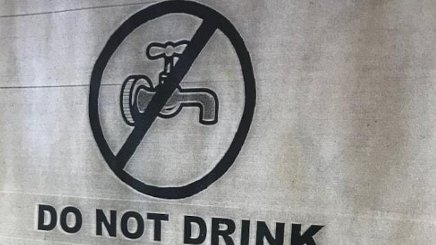 Une affiche montrant un robinet barré