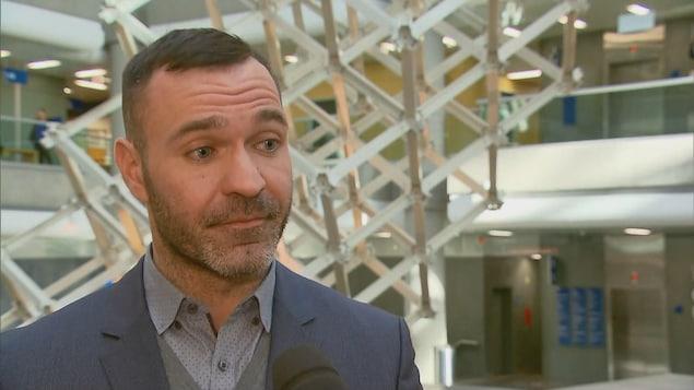 L'avocat criminaliste Vincent Montminy en entrevue au palais de justice de Québec