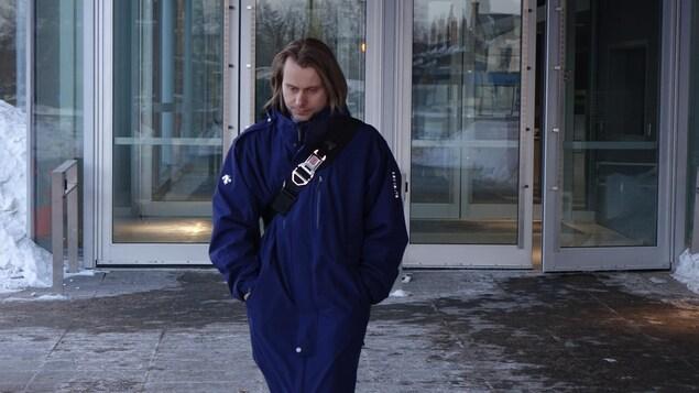 Un homme aux cheveux mi-longs à la sortie du palais de justice de Thunder Bay.