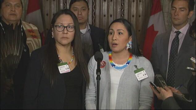 Mêlée médiatique au Parlement d'Ottawa.