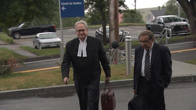 L'avocat de Gastem, Daniel M. Kochenburger, accompagne le président de la société d'exploration, Raymond Savoie, à leur entrée au palais de justice de New Carlisle.