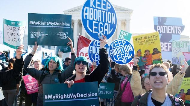 Des manifestants devant la Cour suprême américaine à Washington D.C.