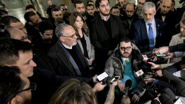 Aymen Derbali lors d'un point de presse au palais de justice de Québec après le prononcé de la peine d'Alexandre Bissonnette